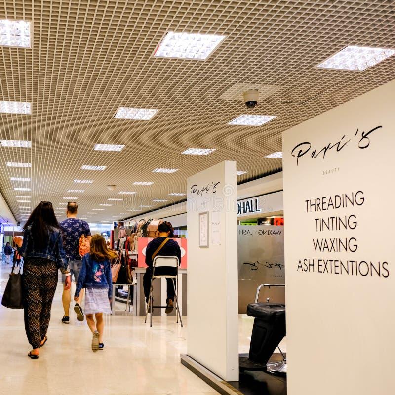 Καταναλωτές που περπατούν μέσω μιας λεωφόρου αγορών στοκ εικόνες με δικαίωμα ελεύθερης χρήσης