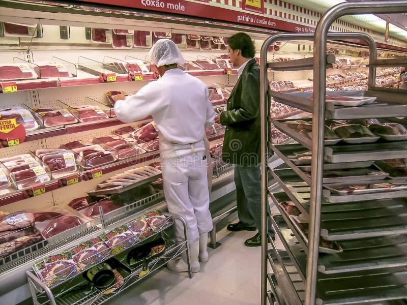 Καταναλωτές στο τμήμα κρέατος σε μια υπεραγορά στοκ φωτογραφίες