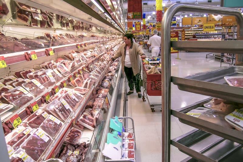 Καταναλωτές στο τμήμα κρέατος σε μια υπεραγορά στοκ εικόνα