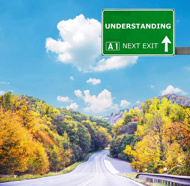 ΚΑΤΑΝΟΗΣΗ του οδικού σημαδιού ενάντια στο σαφή μπλε ουρανό στοκ φωτογραφία με δικαίωμα ελεύθερης χρήσης