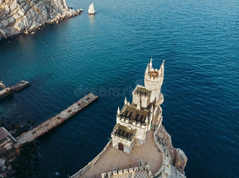 Καταπιείτε τη φωλιά - αρχαίο κάστρο πάνω από τον απότομο βράχο βουνών κ στοκ φωτογραφίες με δικαίωμα ελεύθερης χρήσης