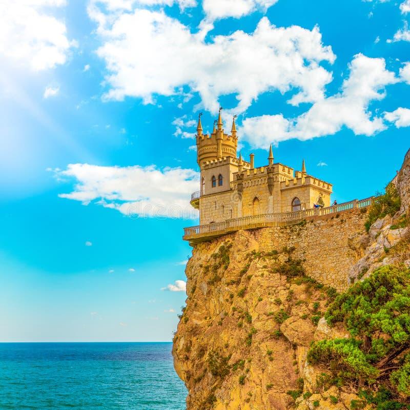 Καταπιείτε τη φωλιά Castle ` s στην ημέρα φθινοπώρου με το μαγικό φως του ήλιου στοκ φωτογραφίες με δικαίωμα ελεύθερης χρήσης