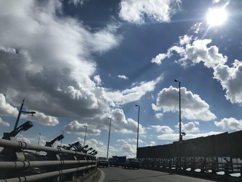 Καταπληκτικά άγρια σύννεφα στο βαθύ μπλε ουρανό στο δρόμο στοκ εικόνα με δικαίωμα ελεύθερης χρήσης