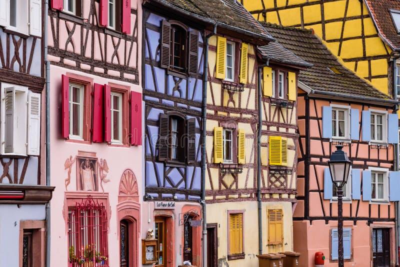 Καταπληκτικά ζωηρόχρωμα παραδοσιακά κατά το ήμισυ εφοδιασμένα με ξύλα σπίτια στην παλαιά πόλη της Colmar στοκ εικόνες