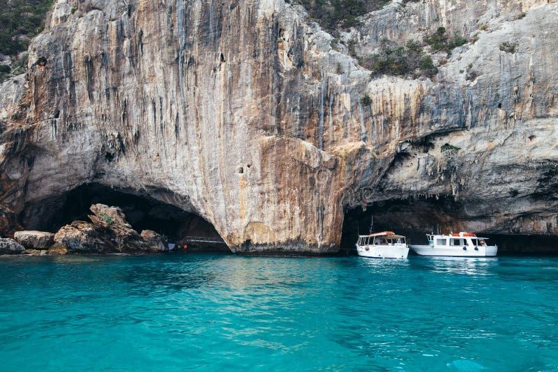 Καταπληκτικά μπλε νερά της Μεσογείου στο grotto Cala Luna, Σαρδηνία στοκ φωτογραφία
