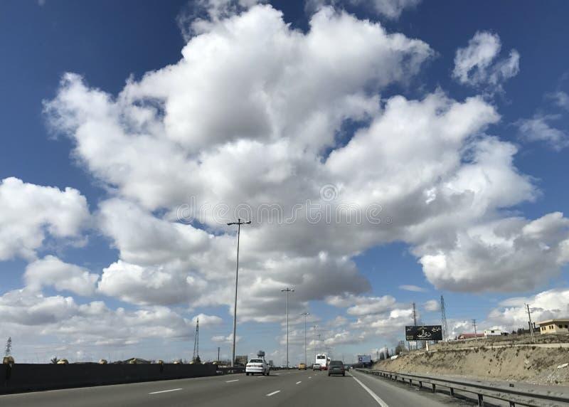 Καταπληκτικά σύννεφα στο βαθύ μπλε ουρανό στο δρόμο στοκ εικόνα