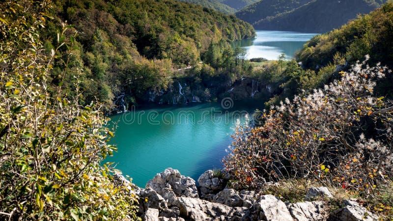 Καταπληκτική άποψη από ένα βουνό πέρα από ένα μέρος του εθνικού πάρκου Plitvice στοκ φωτογραφία με δικαίωμα ελεύθερης χρήσης