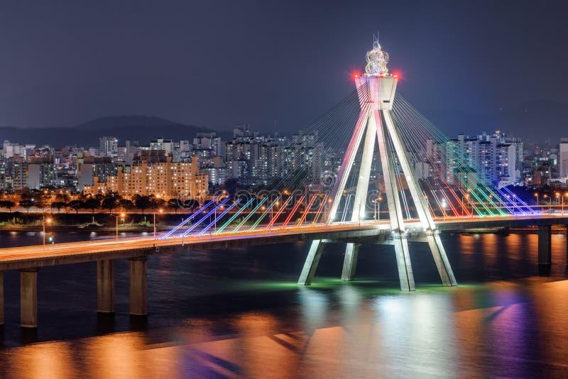 Καταπληκτική άποψη νύχτας της ολυμπιακής γέφυρας πέρα από τον ποταμό Han στοκ εικόνες
