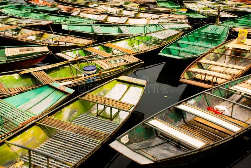 Καταπληκτική άποψη πρωινού με τις βιετναμέζικες βάρκες στον ποταμό, Tam Coc, Ninh Binh, το τοπίο ταξιδιού του Βιετνάμ και τους πρ στοκ εικόνα με δικαίωμα ελεύθερης χρήσης