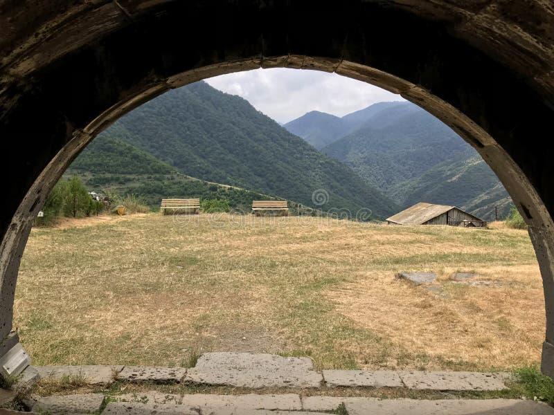 Καταπληκτική άποψη σχετικά με την αρμενική αλυσίδα βουνών από το μοναστήρι Haghpat σύνθετο στοκ εικόνα με δικαίωμα ελεύθερης χρήσης