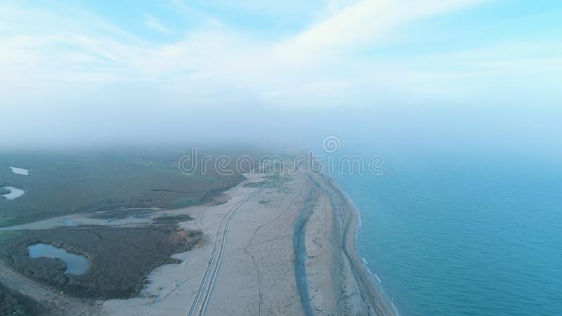 Καταπληκτική άποψη της απομονωμένης ακτής, των δέντρων και των θάμνων νησιών αμμώδους στη μέση της θάλασσας στην ηλιόλουστη ημέρα στοκ φωτογραφίες με δικαίωμα ελεύθερης χρήσης