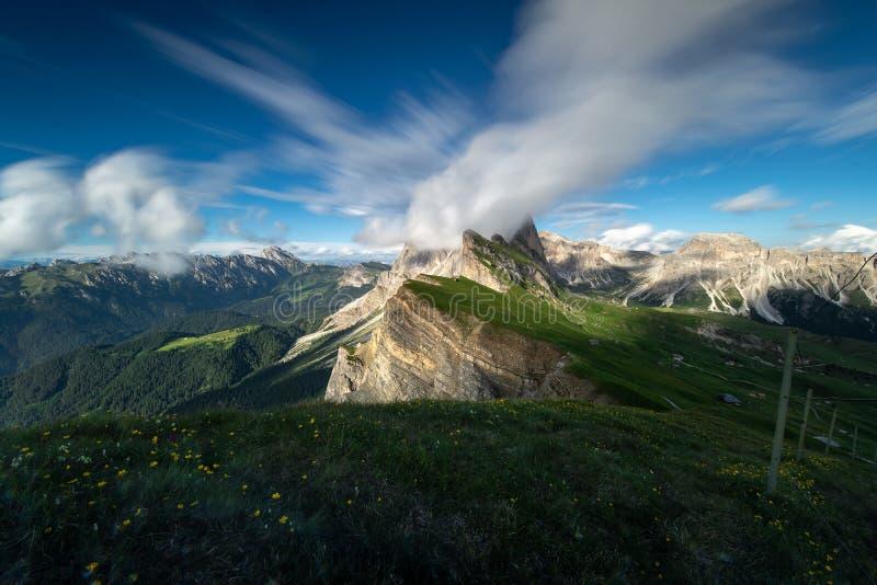 Καταπληκτική άποψη τοπίων του πράσινου βουνού με το μπλε ουρανό στο καλοκαίρι από τους δολομίτες, Ιταλία στοκ εικόνα