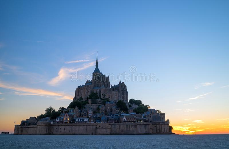 Καταπληκτική άποψη του κάστρου Mont Saint-Michel στο χρόνο ηλιοβασιλέματος Νορμανδία στοκ εικόνες με δικαίωμα ελεύθερης χρήσης