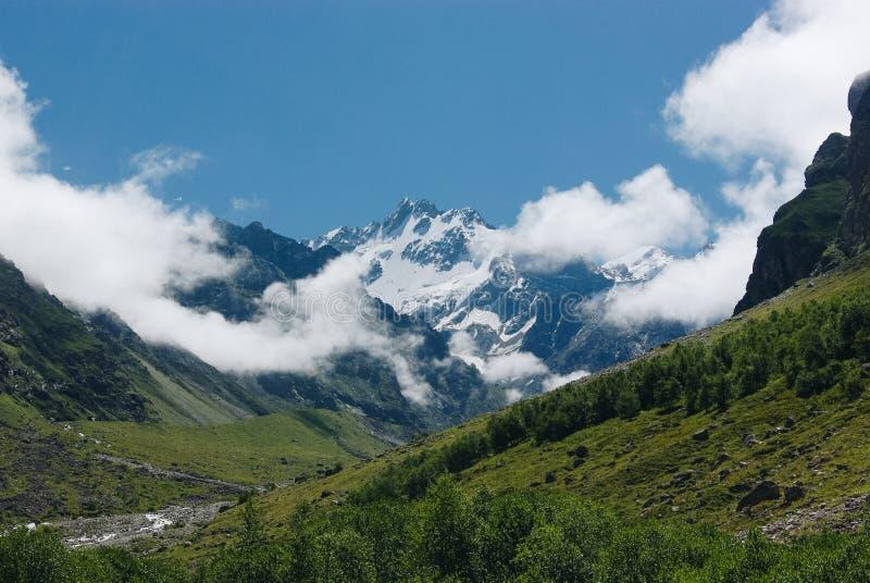 καταπληκτική άποψη του τοπίου βουνών με το χιόνι, Ρωσική Ομοσπονδία, Καύκασος, στοκ φωτογραφία με δικαίωμα ελεύθερης χρήσης