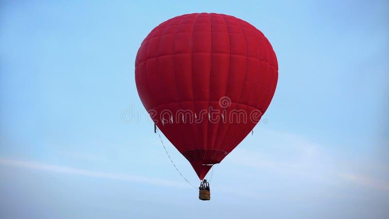 Καταπληκτική άποψη του όμορφου πετάγματος μπαλονιών ζεστού αέρα υψηλού στον ουρανό, ακραίος ελεύθερος χρόνος στοκ φωτογραφίες με δικαίωμα ελεύθερης χρήσης