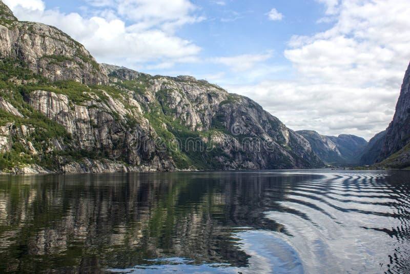 Καταπληκτική άποψη φιορδ από το κρουαζιερόπλοιο στη Νορβηγία/Σκανδιναβία στοκ εικόνα με δικαίωμα ελεύθερης χρήσης