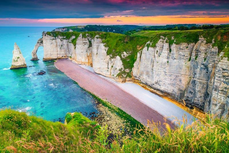 Καταπληκτική ακτή του Ατλαντικού Ωκεανού με τους υψηλούς απότομους βράχους, Etretat, Νορμανδία, Γαλλία στοκ φωτογραφίες
