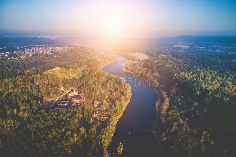 Καταπληκτική ανατολή πέρα από τον ποταμό, εναέρια φωτογραφία στοκ φωτογραφία με δικαίωμα ελεύθερης χρήσης