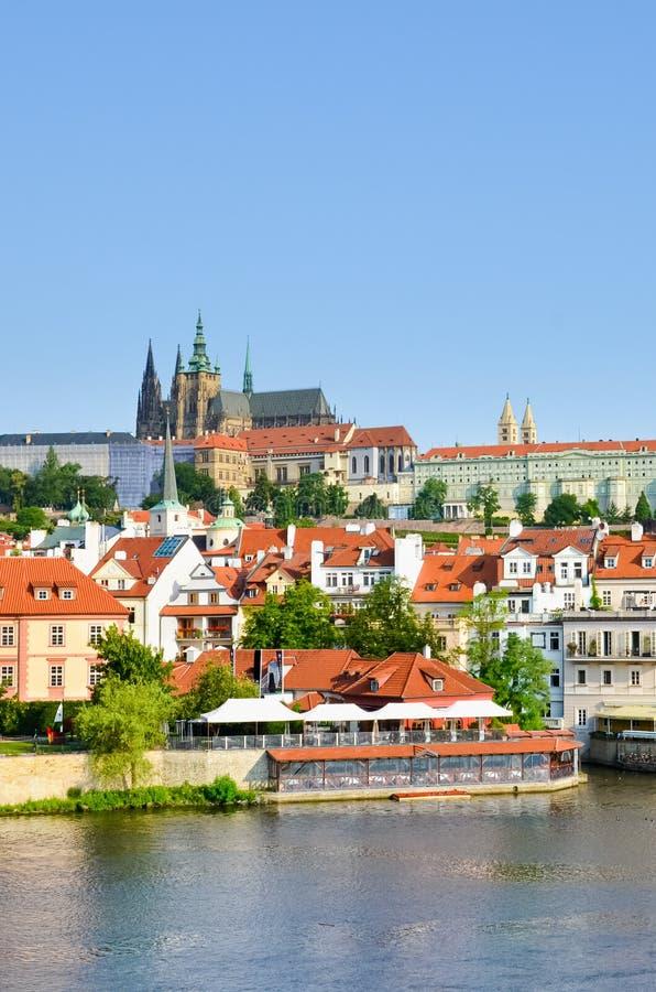 Καταπληκτική εικονική παράσταση πόλης της Πράγας, Δημοκρατία της Τσεχίας με το διάσημο Κάστρο της Πράγας Η παλαιά πόλη του τσεχικ στοκ φωτογραφίες