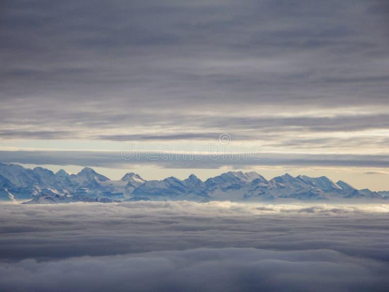 Καταπληκτική εναέρια άποψη των misty ελβετικών ορών και των σύννεφων επάνω από mou στοκ εικόνες με δικαίωμα ελεύθερης χρήσης