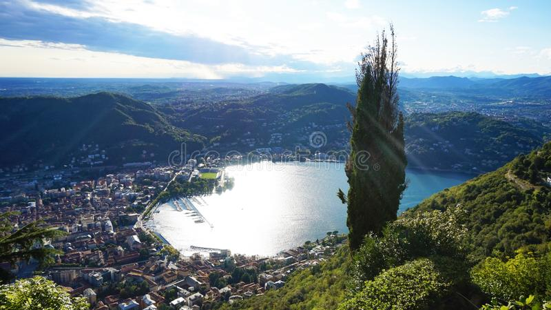 Καταπληκτική θέα της λίμνης Como από Brunate, πανοραμική άποψη της λίμνης και της πόλης Como με τις ακτίνες ήλιων που απεικονίζου στοκ φωτογραφίες με δικαίωμα ελεύθερης χρήσης
