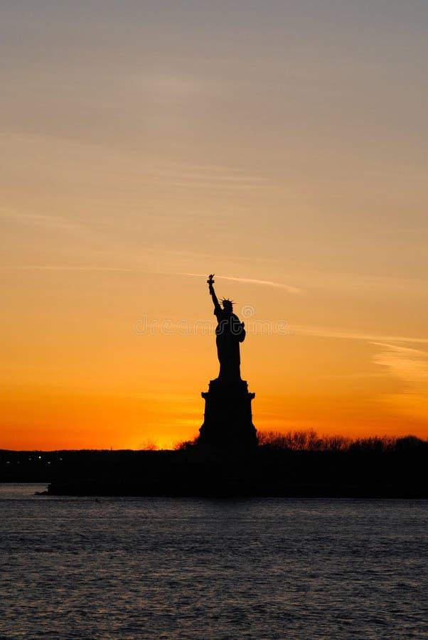 Καταπληκτική κάθετη άποψη του αγάλματος της ελευθερίας, στο ηλιοβασίλεμα στοκ εικόνες με δικαίωμα ελεύθερης χρήσης
