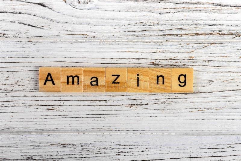 καταπληκτική λέξη που γίνεται με την ξύλινη έννοια φραγμών στοκ φωτογραφίες