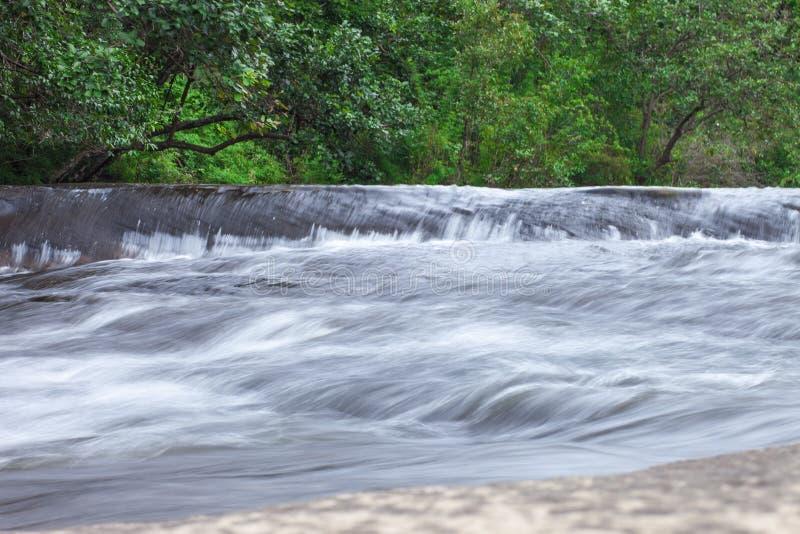 Καταπληκτική ομορφιά του ασιατικού αδύτου άγριας φύσης Phuwua καταρρακτών Si Chet φύσης στο πάρκο έθνους Bungkan Ταϊλάνδη στοκ φωτογραφία με δικαίωμα ελεύθερης χρήσης