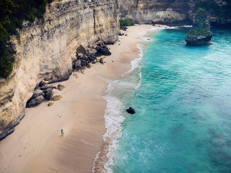 Καταπληκτική παραλία την άσπρη άμμο και την κυανή θάλασσα που περιβάλλονται με από τους βράχους, η άποψη από την κορυφή στοκ εικόνες