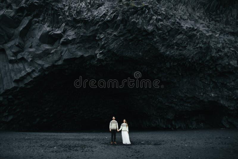 Καταπληκτική ρομαντική άποψη του ευτυχούς ζεύγους κοντά στο όμορφο μεγάλο νερό στοκ φωτογραφία με δικαίωμα ελεύθερης χρήσης
