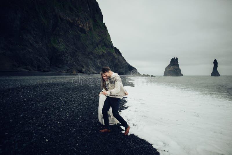 Καταπληκτική ρομαντική άποψη του ευτυχούς ζεύγους κοντά στο όμορφο μεγάλο νερό στοκ εικόνα με δικαίωμα ελεύθερης χρήσης