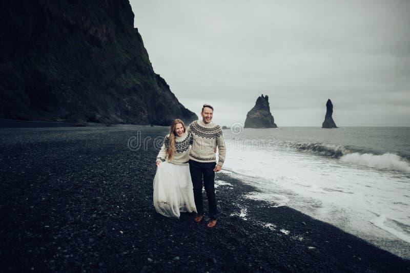 Καταπληκτική ρομαντική άποψη του ευτυχούς ζεύγους κοντά στο όμορφο μεγάλο νερό στοκ εικόνα