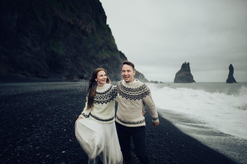 Καταπληκτική ρομαντική άποψη του ευτυχούς ζεύγους κοντά στο όμορφο μεγάλο νερό στοκ εικόνες με δικαίωμα ελεύθερης χρήσης