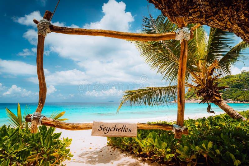 Καταπληκτική τροπική σκηνή με το πλαίσιο μπαμπού στην άσπρη παραλία άμμου ενάντια στην τυρκουάζ θάλασσα Διακοπές στον παράδεισο M στοκ φωτογραφίες με δικαίωμα ελεύθερης χρήσης