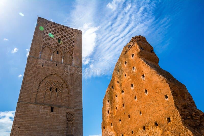 Καταπληκτικοί πύργος του Χασάν και μέρος του ατελούς τοίχου στο μαυσωλείο του Μωάμεθ Β στη Rabat, Μαρόκο την ηλιόλουστη ημέρα r στοκ φωτογραφίες με δικαίωμα ελεύθερης χρήσης