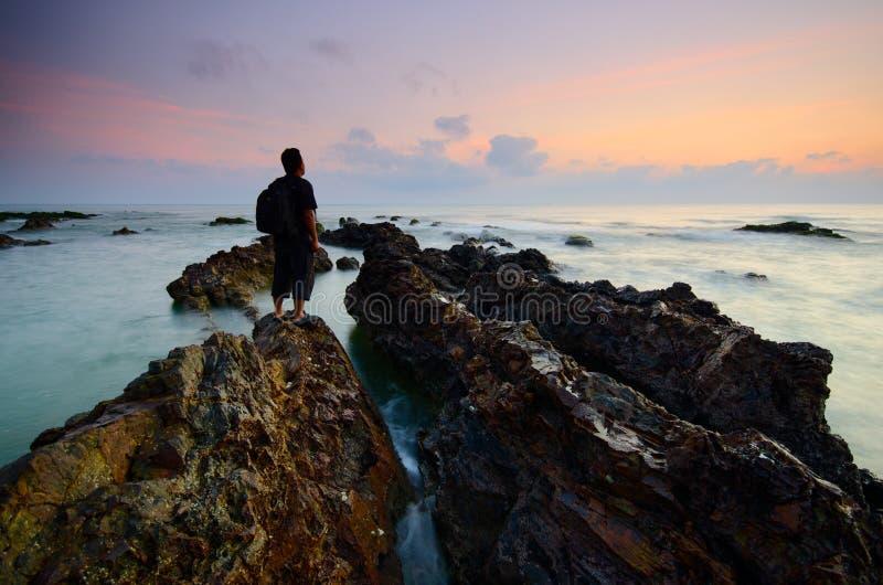Καταπληκτικοί σχηματισμοί βράχου στην παραλία Pandak, Terengganu Μαλακός θόρυβος εστίασης θαμπάδων σύνθεσης φύσης ορατός λόγω της στοκ εικόνα