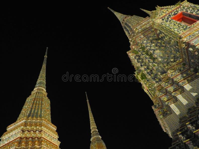 Καταπληκτικοί ταϊλανδικοί ναοί τη νύχτα στοκ φωτογραφίες με δικαίωμα ελεύθερης χρήσης