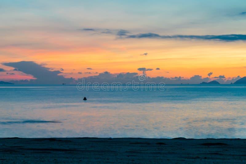 Καταπληκτικός ζωηρόχρωμος ουρανός στην αυγή πέρα από τον ωκεανό στην παραλία στοκ εικόνες με δικαίωμα ελεύθερης χρήσης