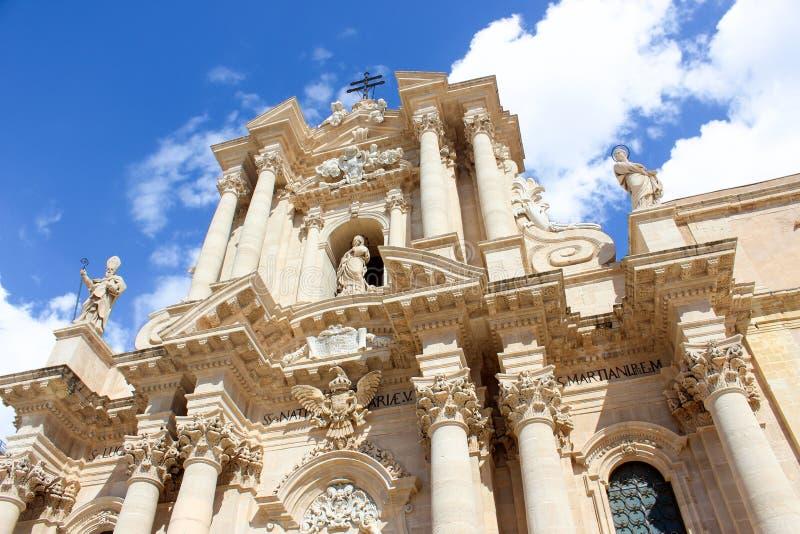 Καταπληκτικός Ρωμαίος - καθολικός καθεδρικός ναός των Συρακουσών στη Σικελία, Ιταλία που φωτογραφίζεται από κάτω από ενάντια στο  στοκ φωτογραφία με δικαίωμα ελεύθερης χρήσης