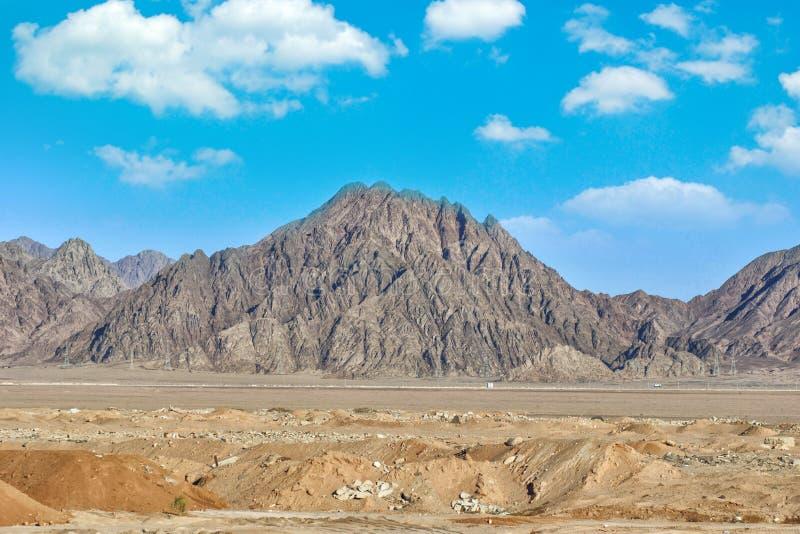 Καταπληκτικός την ηλιόλουστη ημέρα Sinai στο βουνό, τοποθετήστε το Μωυσή με μια βεδουίνη, όμορφη άποψη από το βουνό Μπλε ουρανός  στοκ φωτογραφίες με δικαίωμα ελεύθερης χρήσης