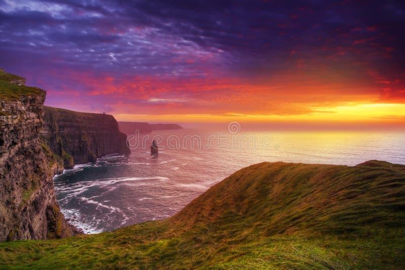 καταπληκτικό ηλιοβασίλεμα απότομων βράχων moher