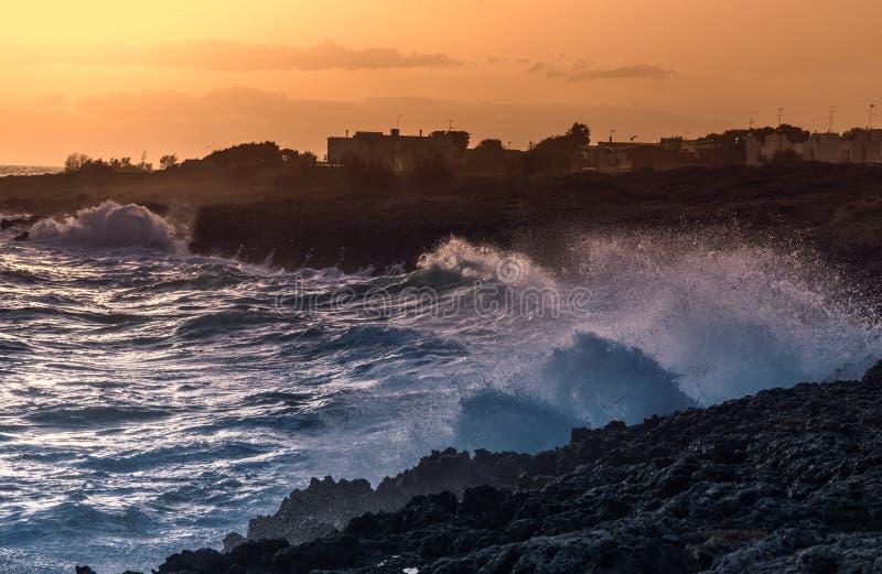 Καταπληκτικό ηλιοβασίλεμα πέρα από τη θάλασσα και τον απότομο βράχο Τοπίο προκυμαιών του Taranto W στοκ εικόνα με δικαίωμα ελεύθερης χρήσης