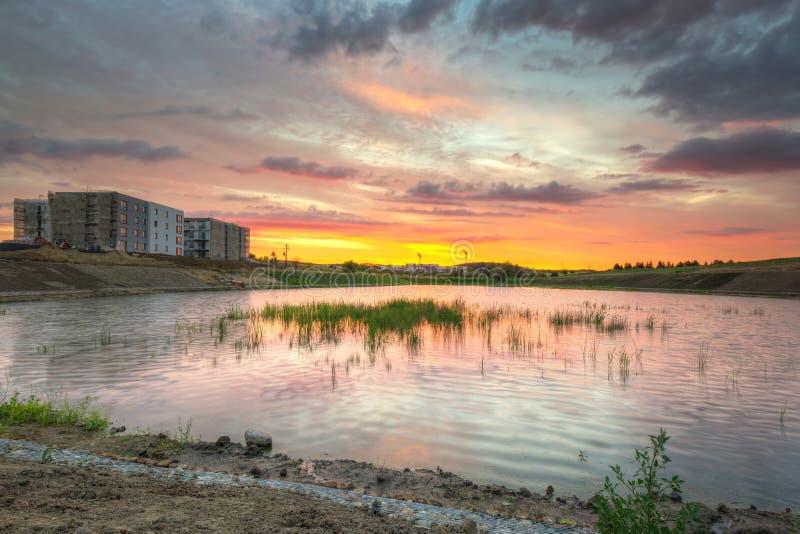 Καταπληκτικό ηλιοβασίλεμα πέρα από τη λίμνη στοκ εικόνα με δικαίωμα ελεύθερης χρήσης