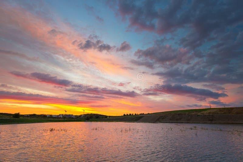 Καταπληκτικό ηλιοβασίλεμα πέρα από τη λίμνη στοκ φωτογραφία με δικαίωμα ελεύθερης χρήσης