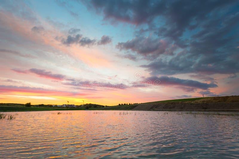 Καταπληκτικό ηλιοβασίλεμα πέρα από τη λίμνη στοκ εικόνες