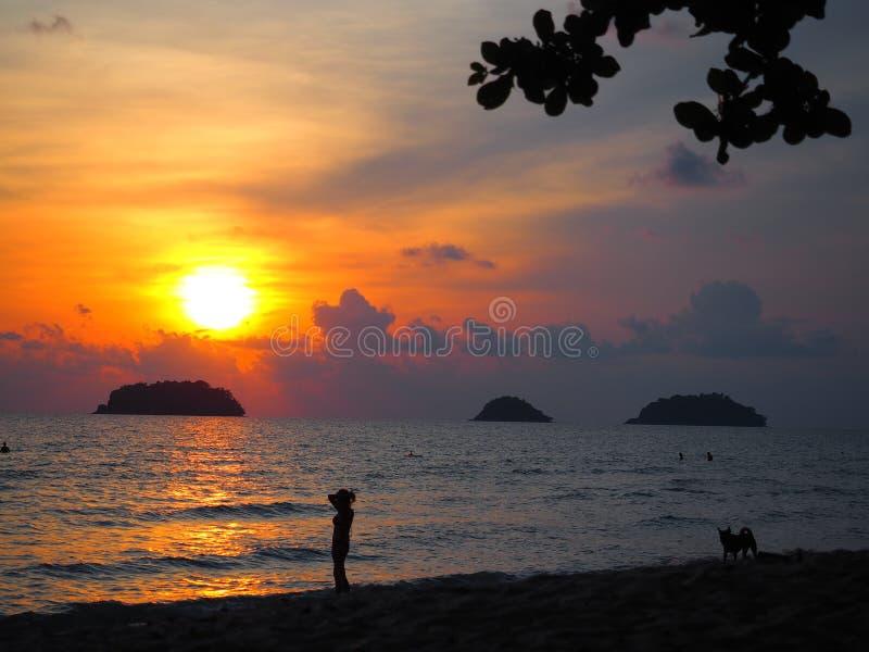καταπληκτικό ηλιοβασίλεμα σε Ko Chang ένα νησί στο νότο της Ταϊλάνδης, κοντά στα καμποτζιανά σύνορα στοκ εικόνες