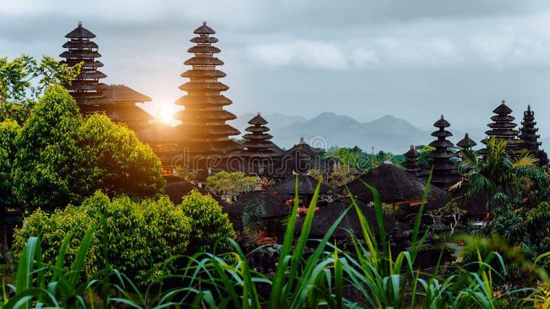 Καταπληκτικό ηλιοβασίλεμα σε Pura Besakih, ινδός ναός του Μπαλί, Ινδονησία στοκ εικόνες