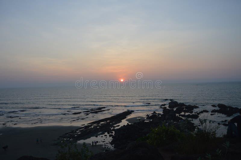 Καταπληκτικό ηλιοβασίλεμα στην αραβική θάλασσα στην παραλία Vagator στοκ εικόνες με δικαίωμα ελεύθερης χρήσης