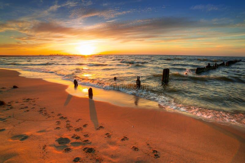 Καταπληκτικό ηλιοβασίλεμα στην παραλία της θάλασσας της Βαλτικής στοκ εικόνες