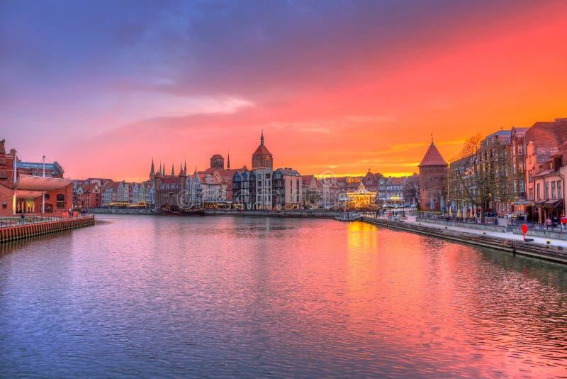 Καταπληκτικό ηλιοβασίλεμα στο Γντανσκ που απεικονίζεται στον ποταμό Motlawa, Πολωνία στοκ εικόνα